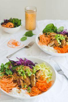 Je sais qu'il commence à faire un peu froid pour une salade, mais je trouve que les salades sont bonnes à l'année! Elles sont pleines de beaux légumes, des nutriments et sont aussi rapides à préparer. J'adore le craquant des beaux légumes frais, les différentes saveurs comme le chou rouge et la patate douce, mais...Lire la suite → Raw Food Recipes, Veggie Recipes, Salad Recipes, Vegetarian Recipes, Healthy Recipes, Vegan Meal Prep, Healthy Cooking, Healthy Snacks, Healthy Eating