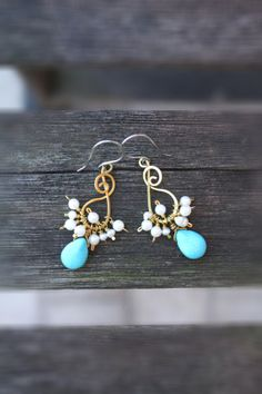 Cluster earrings white turquoise and  di SusyDeMarchiJewelry, €14.00
