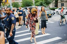 NYFW Street Style is here. Click through and bookmark your faves. News Fashion, Fast Fashion, High Fashion, Nyfw Street Style, Street Wear, New York Style, Fashion Colours, Bold Prints, City Chic