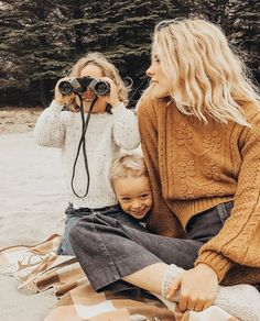 blonde mommy and her beach babes Fashion Mode, Kids Fashion, Fashion Trends, Cute Kids, Cute Babies, Winter Mode, How To Pose, Family Goals, Family Life