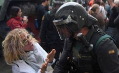 A woman intends to avoid that the police charged against the people concentrated in Sant Julià de Ramis for voting.