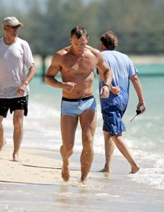 Google Image Result for http://cdn01.cdn.socialitelife.com/wp-content/uploads/2011/01/daniel-craig-james-bond-swimsuit-01122011-13.jpg