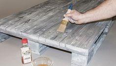 Zum Schluss lackieren Sie alles noch mal mit Schellack, damit das Holz geschützt ist und einen seidigen Glanz erhält.