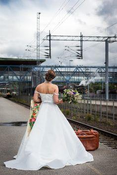 Wedding inspiration photoshoot in old railwaystation. This bride had a second hand vintage style wedding dress.   Hääinspiraatiokuvas vanhalla rautatieasemalla. Morsiamella oli käytetty vintage-tyylinen hääpuku ja maatuskahuivi.