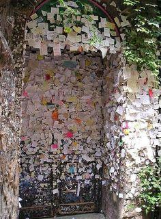 Cartas para Julieta!  Clube de Julieta, localizado em Verona na Itália, guardam segredos mais apaixonadamente deixados por pessoas de todos os lugares do mundo.   (eu ainda vou, hehe ! )