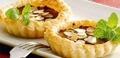 Kawowa mini tarta z migdałami Pie, Desserts, Food, Mini Pies, Torte, Tailgate Desserts, Cake, Deserts, Fruit Cakes