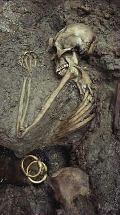 Perserved in the ash that killed her, a woman's skeleton is unearthed, along side her treasures, in an archaeological dig at Pompeii, which was destroyed when nearby Mt. Vesuvius famously erupted in 79 AD. #tbt