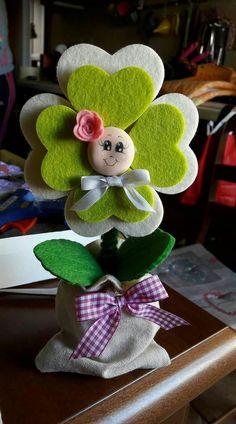 Flor de fieltro Kids Crafts, Felt Crafts, Easy Crafts, Diy And Crafts, Arts And Crafts, Felt Flowers, Fabric Flowers, Diy Y Manualidades, Mothers Day Crafts