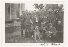Anonymous | Duitse soldaten maken muziek, Anonymous, 1941 - 1942 | Een groep Wehrmacht soldaten in Hoek van Holland maken muziek. Te zien zijn een accordeon, triangel, bekkens en een hond.