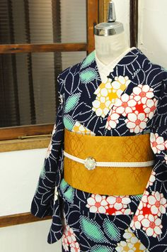 68f7e12f32103 濃紺色地に、八重咲の梔子や紫陽花を思わせる花模様