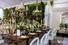Mesa rustica imperial combinada con sillas dior y accesorios a lo largo y para darle un toque final dos chandeliers cayendo sobre la mesa!!