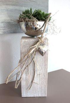 KL37 – Dekosäule für Innen und Aussen! Holzsäule gebeizt und weiß gebürstet! Dekoriert mit Materialien aus der Natur, einem Edelstahlherz und einer Edelstahlschale zum bepflanzen! Höhe ca. 40cm – Preis 54,90€