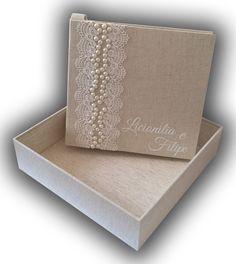 Livro de Mensagens para Casamento. Livro de pino, confeccionado com capa dura, revestido com tecido em linho e detalhes de renda branca e meias pérolas. A caixa é revestida com tecido em linho também com os mesmos detalhes do livro. O livro possui possui 50 folhas de papel vergê na cor bra... Wedding Gift Wrapping, Card Box Wedding, Wedding Gifts, Wedding Album Books, Marriage Box, Wedding Wall, Paper Gift Box, Wedding Glasses, Vintage Wedding Invitations