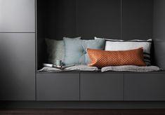 Sittbänken ger köket en sofistikerad möbelkänsla | Ballingslöv Interior Design Kitchen, Storage, Bed, Room, House, Furniture, Design Ideas, Home Decor, Purse Storage