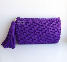 Эксклюзивный клатч фиолетового цвета! Оригинальный фактурный узор, клатч плотный и хорошо держит форму Подкладка американский хлопок, есть кармашек, застегивается на молнию. Размеры: 30*17 см. Цена 2500 руб. Crochet T Shirts, Knit Crochet, Crochet Handbags, Crochet Bags, Big Yarn, Cotton Cord, Denim Bag, T Shirt Yarn, Knitted Bags