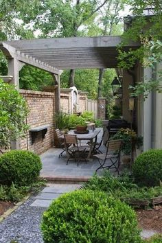 Pergola connected to house and fence, over dining area in courtyard. fantastic design for narrow patio - James Farmer. Note how the pergola going across the patio makes it seem wider. Small Courtyard Gardens, Small Courtyards, Outdoor Gardens, Side Gardens, Raised Gardens, Small Backyard Landscaping, Backyard Pergola, Landscaping Ideas, Pergola Ideas