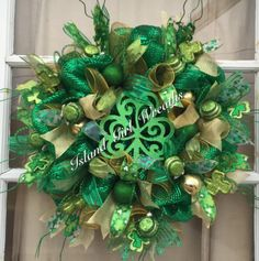 Patrick's Wreaths Mesh Ribbon Wreaths, Fall Mesh Wreaths, Deco Mesh Wreaths, Holiday Wreaths, Deco Mesh Crafts, Wreath Crafts, Diy Wreath, Wreath Ideas, St Patrick's Day Crafts