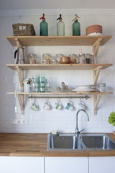 aprovechar las estanterias Cafe Rico, Winter Ideas, Kitchen Decor, Furniture Design, Kitchen Cabinets, Simple, Outfits, Home Decor, Decorating Kitchen