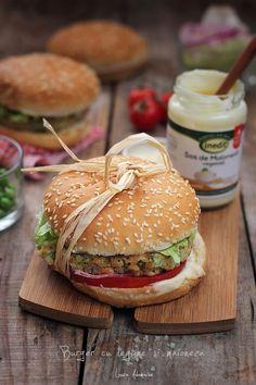 Burger de legume cu maioneza, reteta simpla cu maioneza vegetala. Reteta video burger de legume cu maioneza, explicata pas cu pas. Raw Vegan Recipes, Vegan Food, Salmon Burgers, Bagel, Hamburger, Foodies, Recipies, Chicken, Cooking
