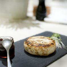 Επισκεφθήκαμε το Duck, το «κρυμμένο μυστικό» της Θεσσαλονίκης που σερβίρει εξαιρετικό καλομαγειρεμένο φαγητό με έμφαση στις πρώτες ύλες. Thessaloniki, Camembert Cheese, Dairy, Food, Essen, Meals, Yemek, Eten