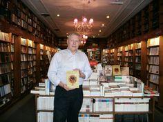 """Libro """"La Gran Perturbación"""" que reúne artículos publicados en Equilibrium Global. Dr. Alberto Hutschenreuter en famosa librería """"Prometeo""""."""