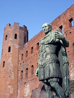 http://it.wikipedia.org/wiki/Porta_Palatina, Una delle due copie bronzee raffigurante Giulio Cesare.