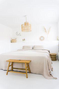 Basic en licht interieur | Binnenkijken Stek Magazine Slaapkamer Lifestyle, Bed, Furniture, Home Decor, Decoration Home, Stream Bed, Room Decor, Home Furnishings, Beds