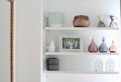 Estantería mini string - Cómo decorar una habitación de matrimonio con papel pintado |