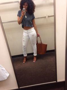 pantalon blanc+top gris+talons marrons+sac marron