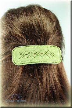Wunderschöne Haarspange genäht aus feinem Velourleder bestickt mit Zierstichen und funkelnden Akzenten aus Strasssteinchen.    Das Leder wurde mit ein