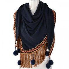 Gebreide driehoek sjaal met balletjes en franjes in de kleur donker blauw.