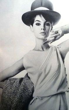 Jean Shrimpton in Vogue April 1963 photographed by William Klein Thanks to Jane Davis Jean Shrimpton, 1960s Fashion, Vintage Fashion, William Klein, Look Jean, Black And White Design, Vogue Magazine, Poses, Vintage Vogue