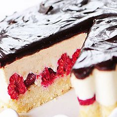 It can't be! A white chocolate, dark chocolate raw cake? It's vegan, full of nutrients and a great way to eat desserts. Raw and non-raw love this cake.