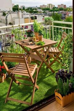 tips-balcony-design-artificial turf-flooring-wood-folding furniture - Mario Gschwend - Kleiner Balkon - Design RatBalcony Plants tan Furniture Small Balcony Design, Small Balcony Garden, Small Balcony Decor, Outdoor Balcony, Small Patio, Outdoor Decor, Balcony Ideas, Patio Ideas, Small Terrace