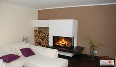 Moderner Heizkamin mit großer Holzlege und einem Feuertisch aus Naturstein. #ModernKamin #ModernOfen #Fireplace www.ofenkunst.de