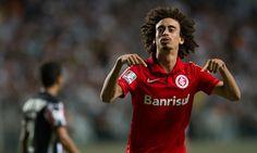 O Palmeiras entrou de vez na disputa pela contratação do meia Valdívia, do Internacional, Alexandre Mattos é quem trata pessoalmente das conversas.