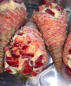 Strawberry Crunch Cake, Strawberry Dessert Recipes, Fun Desserts, Delicious Desserts, Yummy Food, Strawberry Ideas, Strawberry Shortcake Cheesecake, Waffle Cone Recipe, Waffle Cones
