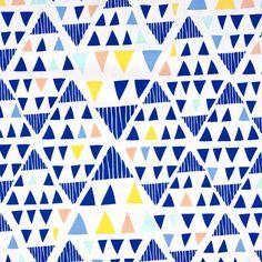 BW-Stoff- grafisch,blaue Dreiecke auf weiß (4-041) von Das Blaue Tuch auf DaWanda.com