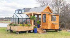 une mini-maison avec sa mini serre. J'adore !