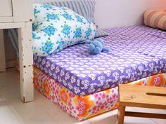 Een aantal matrasjes bekleden met leuke motiefjes en stapelen maar! Luka's lounge is ready