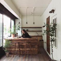 """좋아요 342개, 댓글 9개 - Instagram의 김지은(@studiotpd)님: """"매번 가져오고 싶었지만 꼭 맞는 자리가 없어 아쉬워했던 아주 오래된 벽등을 달아주고나니 비로소 우리의 현장이 된 것 같다 . #아름다운4월의작업물 #뚝섬카페 #카페인테리어…"""""""