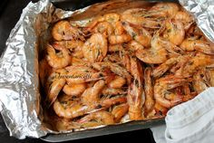 GAMBERI AL FORNO RICETTA AL CARTOCCIO VELOCE Fish And Meat, Fish And Seafood, Shrimp Recipes, Fish Recipes, Tuscan Bean Soup, Appetizer Buffet, Good Food, Yummy Food, Cooking Recipes
