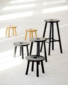Pieni, keskikokoinen, suuri. Sopiva koko jokaiselle perheenjäsenelle! 👪 Malli: Vilja pikkujakkara, jakkara & saarekejakkara | Jälleenmyyjä: Isku #keittiö #olohuone #makuuhuone #jakkara #sivupöytä Table And Chairs, Dining Table, Wood And Metal, Chair Design, Rum, Bar Stools, Monochrome, Mid-century Modern, Mid Century