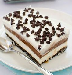 Oreo Cheesecake Chocolate Cake, so decadent chocolate cake recipe. Oreo cheesecake sandwiched between two layers of soft, rich and fudgy chocolate cake. Layered Desserts, Köstliche Desserts, Chocolate Desserts, Delicious Desserts, Dessert Recipes, Yummy Food, Chocolate Pudding, Hot Chocolate, Chocolate Chips