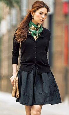 A full skirt and cardigan sweater make for a polished work outfit - Winter Outfits Style Work, Look Street Style, Work Chic, Mode Style, Club Style, Street Chic, Cooler Look, Sweater Making, Looks Style
