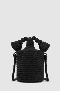 Bandolera circular de cuerda con borlas, de Zara (29,95 €). - AR Revista