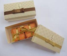 Caixas feitas em papel Vergê 180 gr duplo. Bem resistente. Cabem 2 bem casados. A caixa é montada de forma que as folhas fiquem duplas, dando assim mais resistência.  Fazemos com o tema da sua festa e você escolhe a cor da estampa e da fita. A tampa é estampada e pode ser colocado o Monograma do casal ou do (a) aniversariante. Acompanha: Fita de Cetim ou Gorgurão ( largura de 1,00 cm )  Pedido Mínimo: 20 caixas.  Tamanho da Caixa: 12 x 6 x 4 cm  As caixas são enviadas abertas para facilitar…