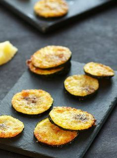 Zucchini Chips with Parmesan - A Sun Lunch - PARMESAN COURGET CHIPS are appetizers that only require two ingredients and are ready in three step - Parmesan Chips, Parmesan Potatoes, Healthy Dinners For Two, Quick Healthy Breakfast, Tapas, Vegetarian Recipes, Healthy Recipes, Easy Diets, Finger Foods