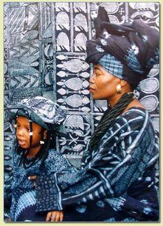 "yagazieemezi: "" Nike Davies-Okundaye is one of a few internationally known Nigerian women artists. Trained as a weaver, dyer and batik maker, Davies-Okundaye uses a variety of media to express themes from her life and from the Yoruba culture into. Bleu Indigo, Mood Indigo, Indigo Dye, Afrique Art, Yoruba, African Textiles, Estilo Fashion, African Diaspora, Mother And Child"