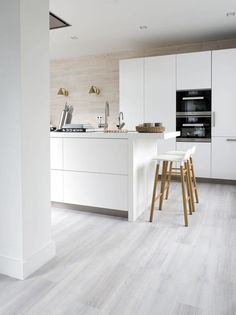 A bright floor that meets every style of furnishing. With this floor you can . - A bright floor that meets every style of furnishing. With this floor daring color combinations can - White Laminate Flooring, Grey Vinyl Flooring, Vinyl Flooring Kitchen, Living Room Flooring, Light Grey Wood Floors, Grey Wooden Floor, White Washed Floors, Grey Kitchens, Home Kitchens